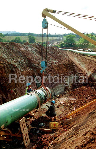 Construction workers laying Transco gas pipeline across the countryside. - John Harris - 2000-09-05