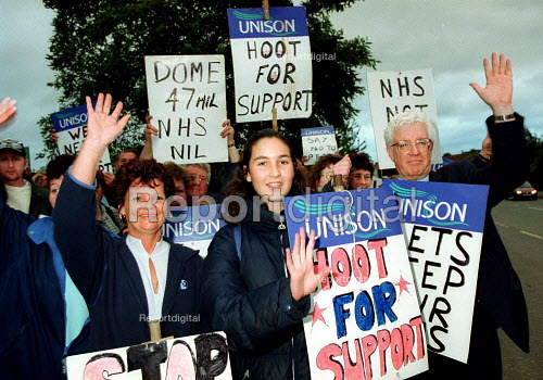 Rodney Bickerstaffe Unison joining strikers picket line at Russell Hall Hospital Dudley. Health workers in dispute over PFI scheme. Privatisation of NHS staff by Summit Healthcare. UK - John Harris - 2000-09-07