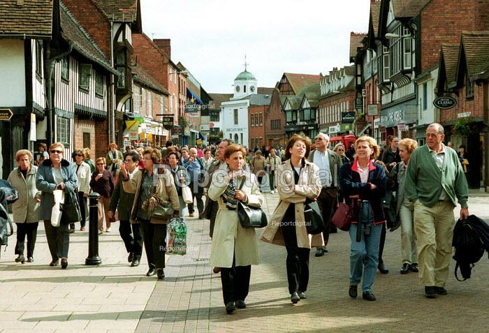Tourists walking down a pedestrianised street to Shakespeare's birthplace. Stratford on Avon. - John Harris - 2000-09-16