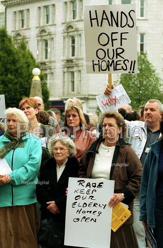 Tenants protest against the transfer of Birmingham council housing stock out of local authority control. - John Harris - 2000-10-03