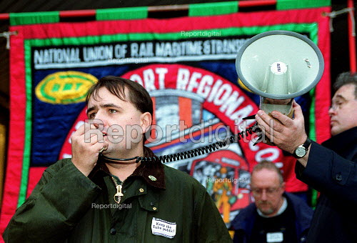 Protest against privatisation of the tube Euston. - John Harris - 2000-10-21