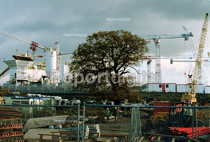 Construction site GCHQ Cheltenham. - John Harris - 2000-11-20