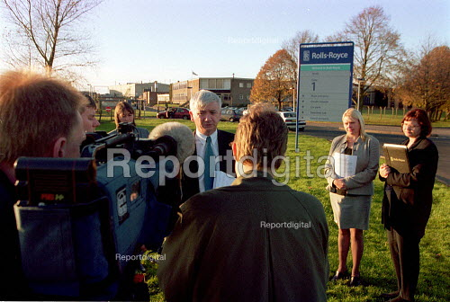 Vince Butler MSF speaking to the media outside Rolls-Royce Ansty where trades union are against company plans to reduce jobs from 900 to 300. - John Harris - 2000-11-13