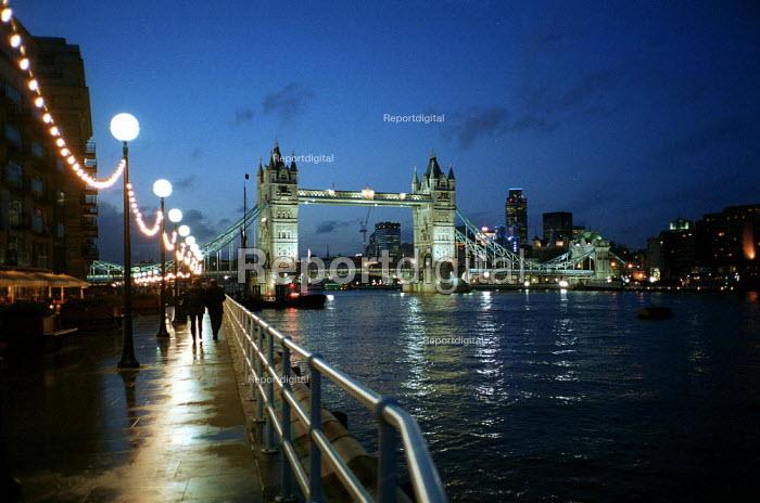 Tower Bridge over the river Thames at night. - John Harris - 2000-12-11