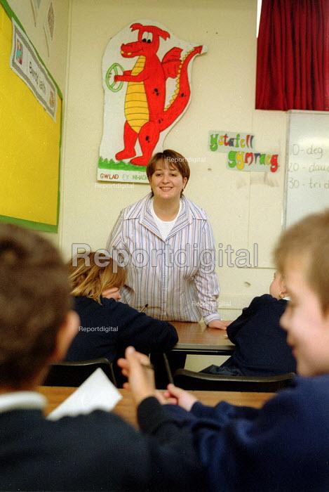 Teacher and pupils in Welsh language class, Comprehensive school Cardiff, Wales. - John Harris - 2001-11-29