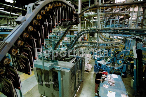 Woman worker handling magazines, automated print production Quebecor printworks. Corby. - John Harris - 2001-01-16