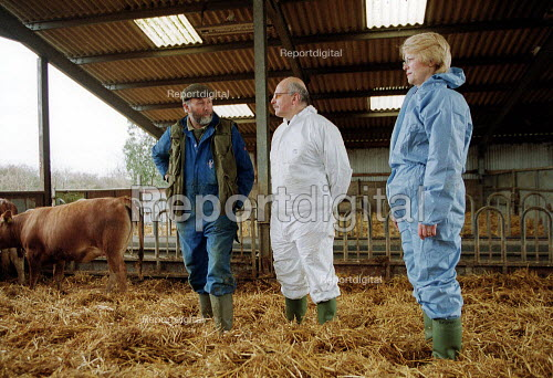 MAFF Vet and Animal Health Officer talking with a worried farmer whilst inspecting a herd of cattle for symptoms of foot and mouth disease on a farm at risk. - John Harris - 2001-03-28
