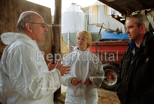 Maff Vet and Animal Health Officer talking to a worried farmer, visiting a farm to carry out an inspection, checking for symptoms of foot and mouth disease in an at risk area. - John Harris - 2001-03-28