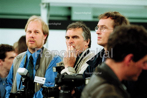Thoughtful press photographer, general election campaign. - John Harris - 2001-05-10
