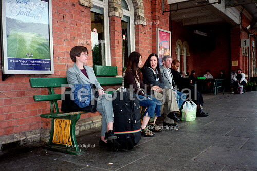 Passengers waiting for a train on a platform at a railway station. - Emilio Villano-Harris - 2001-05-24