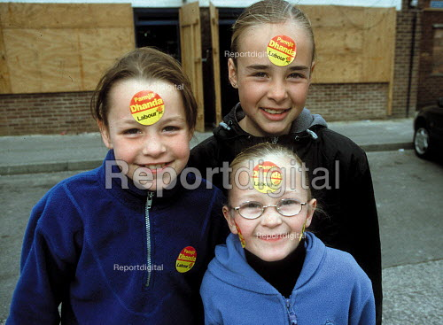 Children poseing with Labour Party candidate Parmjit Dhanda outside boarded up shops on a council housing estate. Labour Party general election campaign Gloucester. - John Harris - 2001-05-19