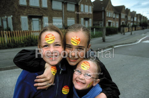 Children poseing with Labour Party candidate Parmjit Dhanda outside boarded up houses on a council housing estate. Labour Party general election campaign Gloucester. - John Harris - 2001-05-19