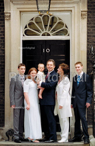 Tony Blair MP and family (including baby Leo) on the steps of No 10 Downing Street the morning after Labour Party victory in the General Election Campaign. - John Harris - 2001-06-08