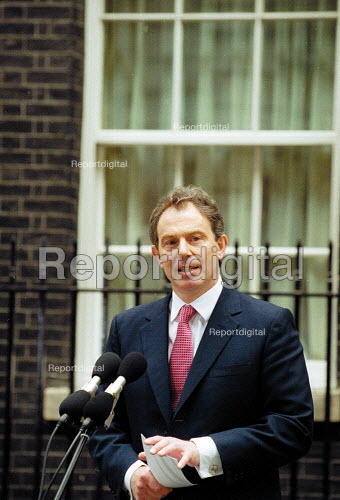 Tony Blair MP on the steps of No 10 Downing Street the morning after Labour Party victory in the General Election Campaign. - John Harris - 2001-06-08