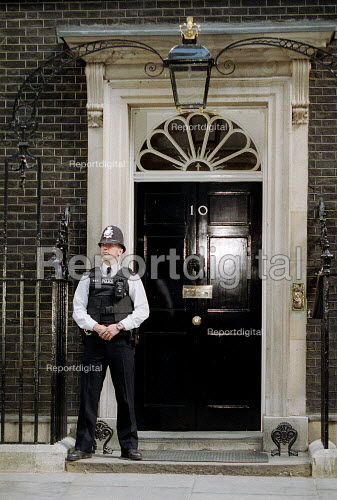 Armed policeman on the steps of No 10 Downing Street London - John Harris - 2001-06-08