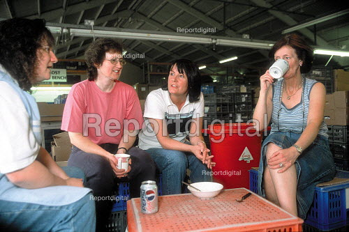 CATU Trades union representative talking with members taking a break at a Churchill ceramics factory in the Potteries, Stoke on Trent. - John Harris - 2001-06-14