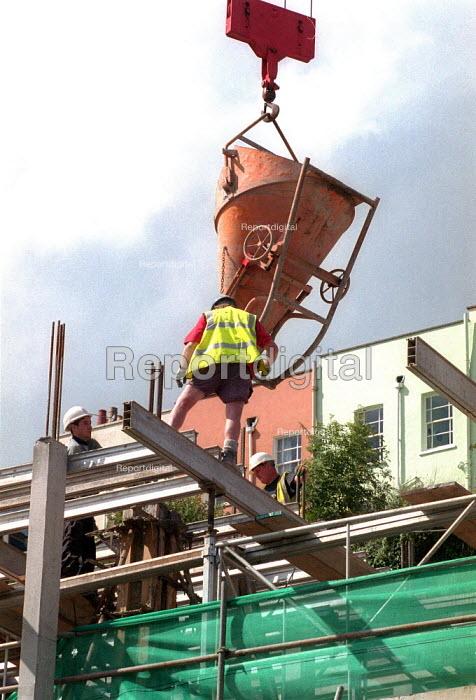 Construction workers. New flats Bristol. - John Harris - 2001-08-30