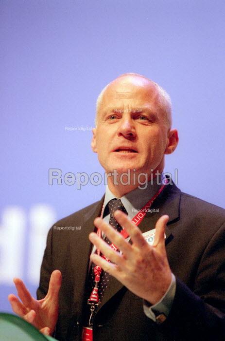 Michael Cashman MEP addressing Labour Party Conference 2001 - John Harris - 2001-10-01