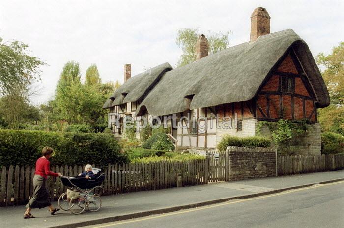 Anne Hathaway's cottage, Stratford on Avon - John Harris - 2002-10-07