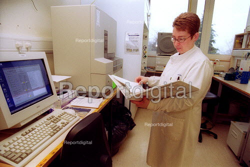 Scientist at Horticulture Research International using a ABI prism genetic analyzer to analyse the genetic sequence of a sample. HRI Wellesbourne, Warwickshire - John Harris - 2003-04-13