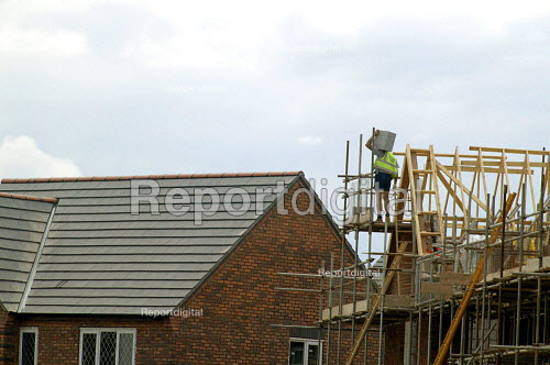 Construction workers building new houses on a brownfield site. Stratford on Avon. - John Harris - 2003-06-10