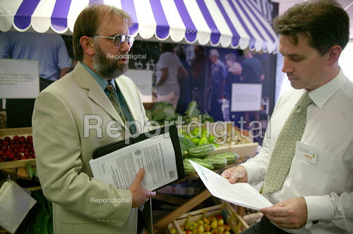 Nigel Titchen from Prospect lobbying outside DEFRA stand against the closure of HRI Wellesbourne. The Royal Show Stoneleigh - John Harris - 2003-06-29