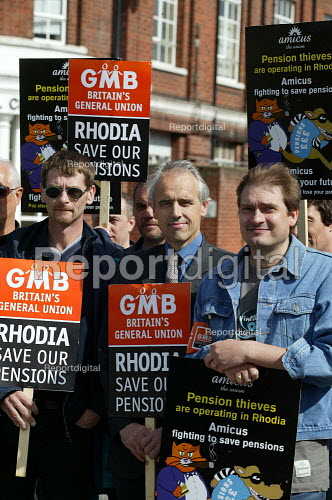 Kevin Curran, GMB Gen Sec joins striking workers on the picket line outside the French owned Rhodia factory gates at Oldbury. This is the first time British industrial workers have taken strike action to defend a pension scheme. - John Harris - 2003-07-18
