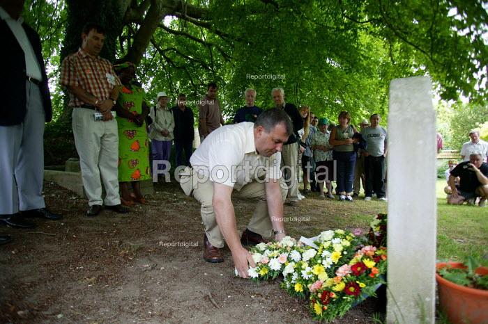 Brendan Barber TUC Gen Sec laying a wreath on the grave of James Hammett. Tolpuddle Martyrs Festival Dorset. - John Harris - 2003-07-20
