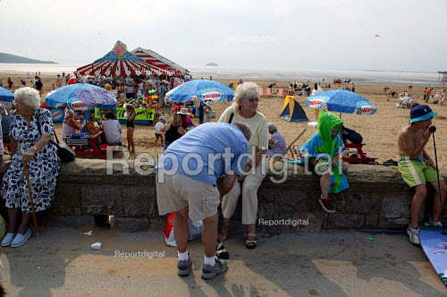 Visitors on the seafront Weston Super Mare in the hottest temperatures. - John Harris - 2003-08-04