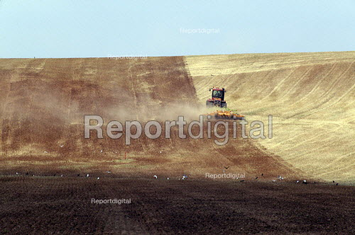Large scale cultivation on a farm in Warwickshire. - John Harris - 2003-08-16