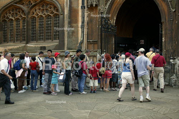 Tourists visiting King's College Chapel, Cambridge. - John Harris - 2003-08-10