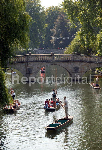 Students and tourists punting along The Backs, by Clare Bridge, Clare College, Cambridge. Punt chauffeurs push them along. - John Harris - 2003-08-10