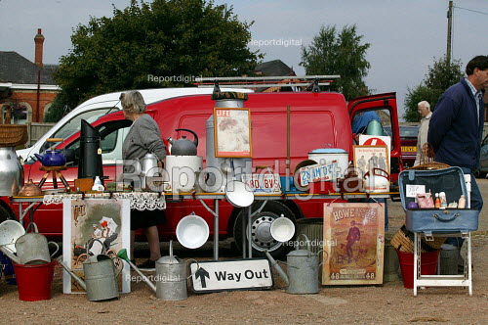 Saturday morning car boot sale, Stratford on Avon, Warwickshire - John Harris - 2003-09-06