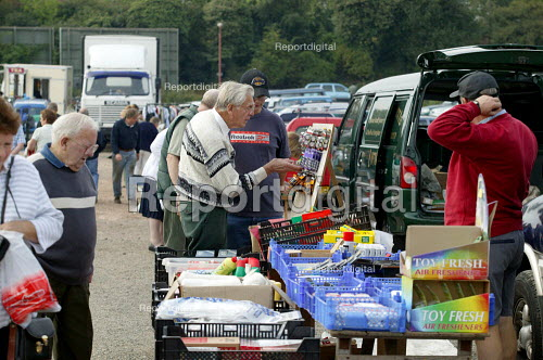 Saturday morning car boot sale, Stratford on Avon, Warwickshire. - John Harris - 2003-09-06