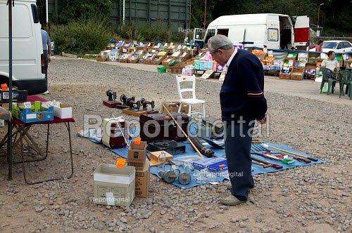 Saturday morning car boot sale, Stratford on Avon, Warwickshire - John Harris - 2003-09-06