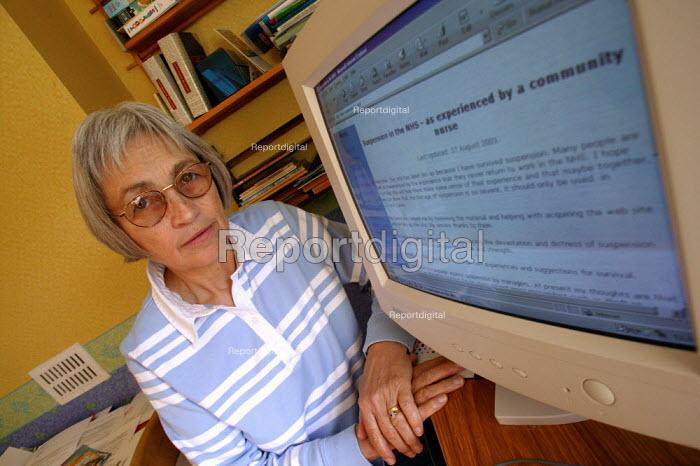 Amicus MSF member Julie Fagan community nurse with her website. - John Harris - 2003-10-13