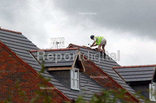 Roofing contractor on the roof of new houses, Stratford upon Avon - John Harris - 2004-08-27