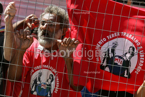 World Social Forum, Porto Alegre Brazil. Protest of landless peoples outside the stadium where President Lula launches the Global Campaign Against Poverty G-CAP - Jess Hurd - 2005-01-27