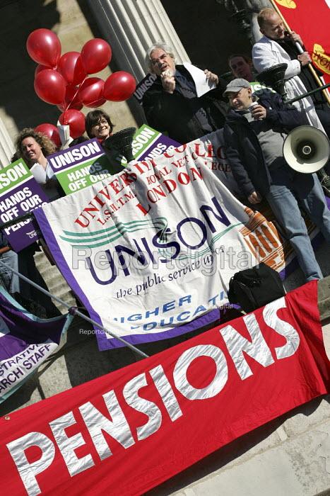 Paul Mackney NATFHE speaks at a pensions rally, UCL, London. - Jess Hurd - 2005-02-18