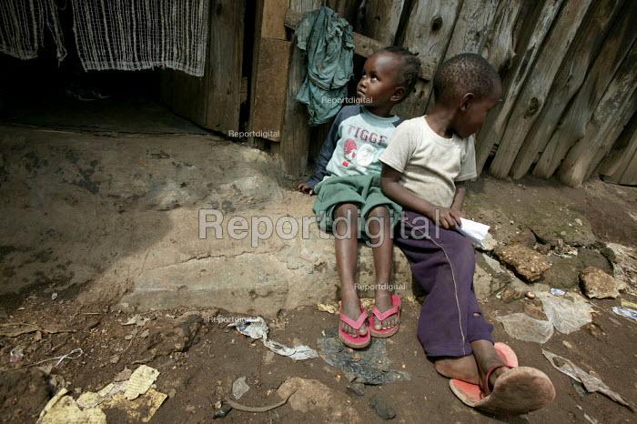 Kibera slum - the largest slum in Africa. Nairobi, Kenya. - Jess Hurd - 2005-05-04