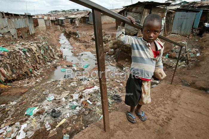 Open sewer, Kibera slum - the largest slum in Africa. Nairobi, Kenya. - Jess Hurd - 2005-05-04