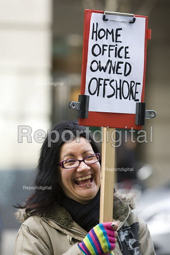 Mark Thomas, demonsrtates against the off-shore ownership of the Home Office. London. - Jess Hurd - 2009-03-09