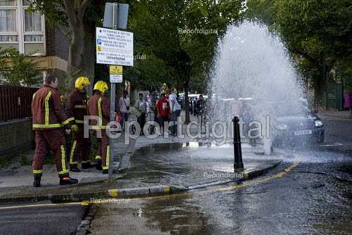 Firefighters from Bethnal Green Fire Station attend a burst water main, Tower Hamlets, East London. - Jess Hurd - 2009-08-04