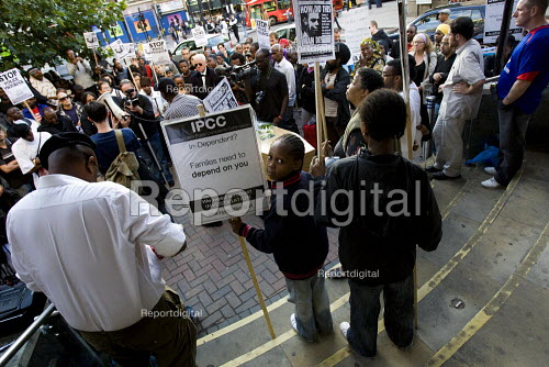 Family and friends of Sean Rigg gather outside Brixton police station demanding justice for his death in police custody one year ago. - Jess Hurd - 2009-08-21