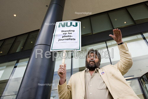 Steve Bell freelance cartoonist supports NUJ protest against Guardian News & Media's plans to stop paying freelance photographers for reuse of their pictures. London. - Jess Hurd - 2009-09-01