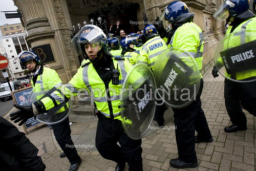 English Defence League are contained in a pub by the police preventing them from marching - Jess Hurd - 2009-09-05