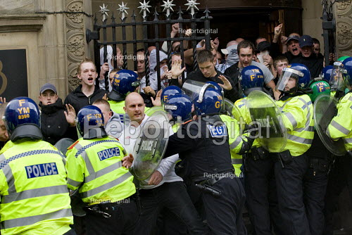 English Defence League are contained in a pub by the police preventing them from marching, Birmingham. - Jess Hurd - 2009-09-05
