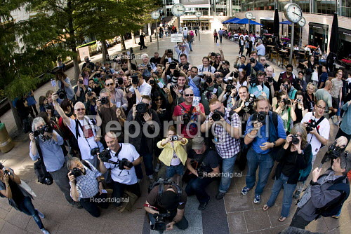 Photographers Flashmob Canary Wharf to hightlight restrictions on photography in pseudo public spaces. Organised by the campaign I'm a Photographer Not a Terrorist. Docklands, East London. - Jess Hurd - 2009-09-12