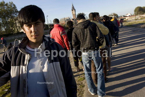 Refugees in Calais queue for food. France. - Jess Hurd - 2009-10-15