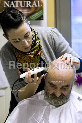 Rhi McDonald gets a trim from a volunteer hairdresser. Crisis day centre opens at Bermondsey City of London Academy. Providing homeless and vulnerably housed people with a range of services, food and shelter. - Jess Hurd - 2009-12-23